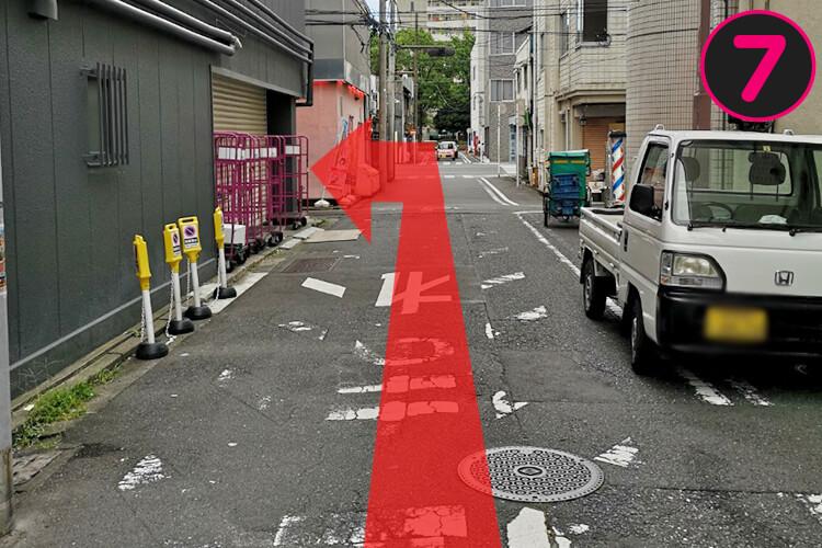 20mぐらい歩いた左側に、「姫チャンネルビル」と書かれた看板があります。