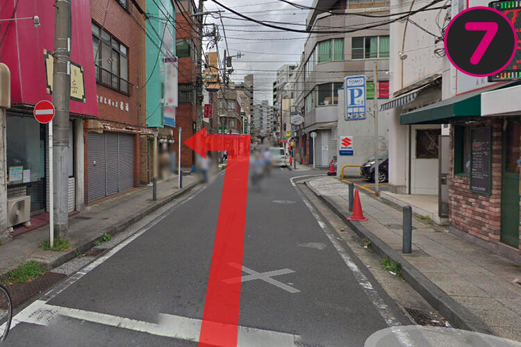 左手に地獄ラーメン田中屋というお店がありますので、そこの横断歩道を渡った路地に入ってくと.....
